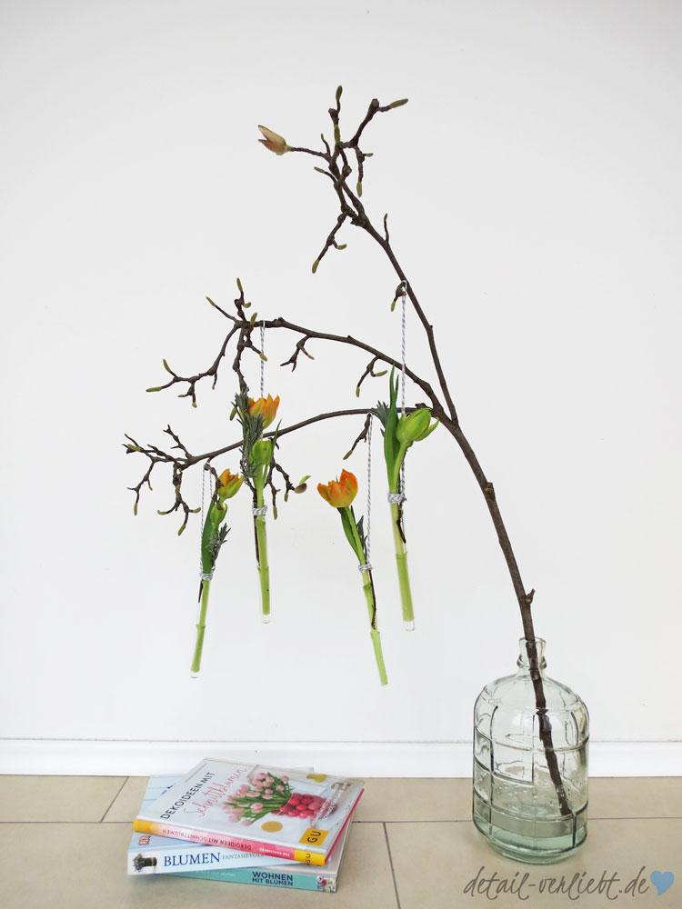 """detail-verliebt.de: Florale Arrangements – Tulpen und Magnolienzweig. Schnittblumen kann jeder zu floralen Arrangements zusammenstellen. Das zeigt das Buch """"Dekoideen mit Schnittblumen"""" frischen, stilvollen und ungezwungenen Ideen."""