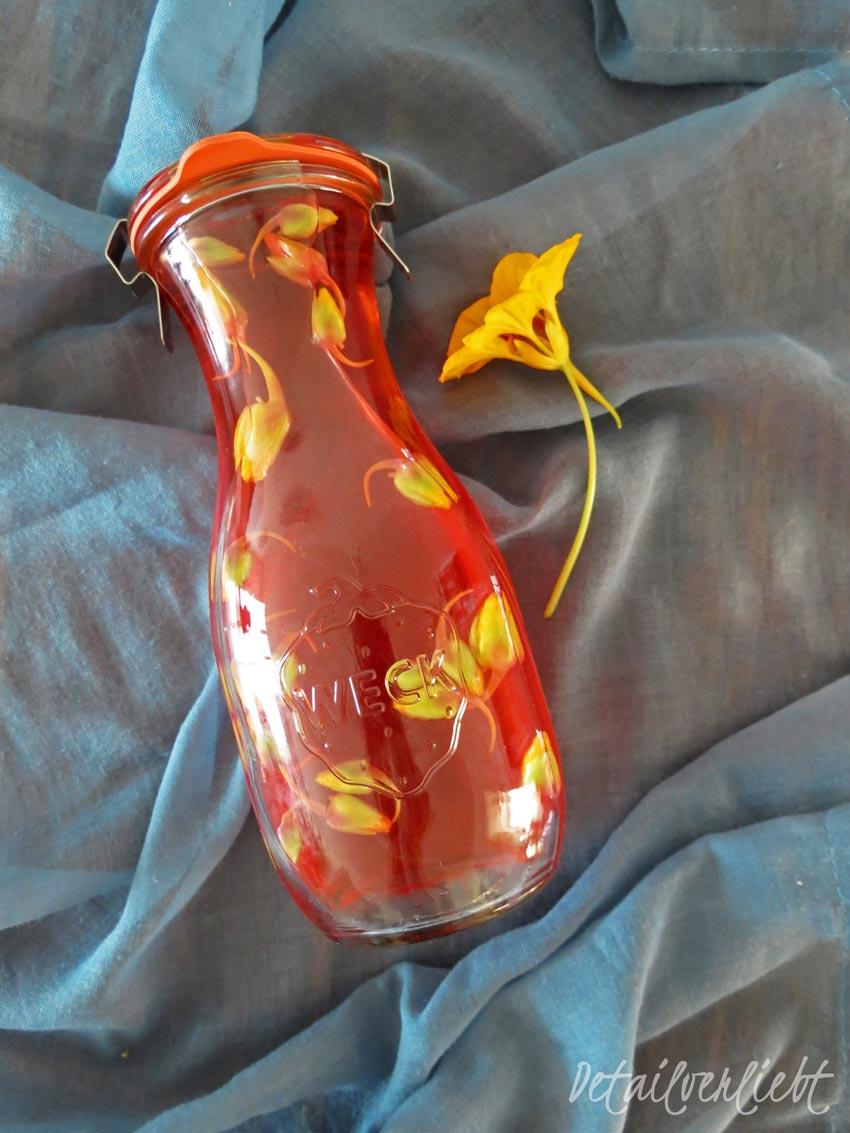 www.detail-verliebt.de: Wie fängt man den Sommer in einer Flasche ein? Ganz einfach! Mit drei Zutaten macht Ihr Euch einen leckeren Kapuzineressig. Der Essig hat eine zarte Rosé-Färbung und eignet sich ausgezeichnet als ein Geschenk aus der Küche.