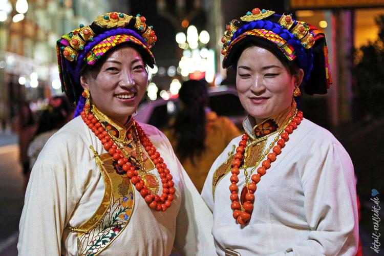 Tibetische Frauen in Trachten