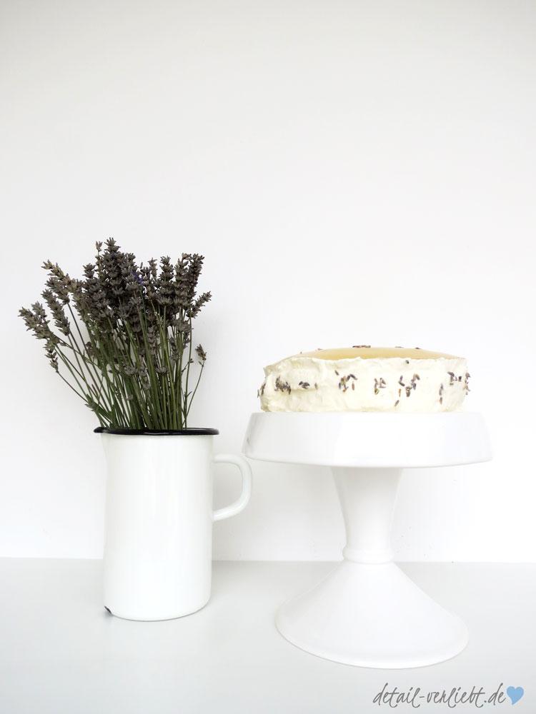 Lavendelblüten und Lavendeltorte