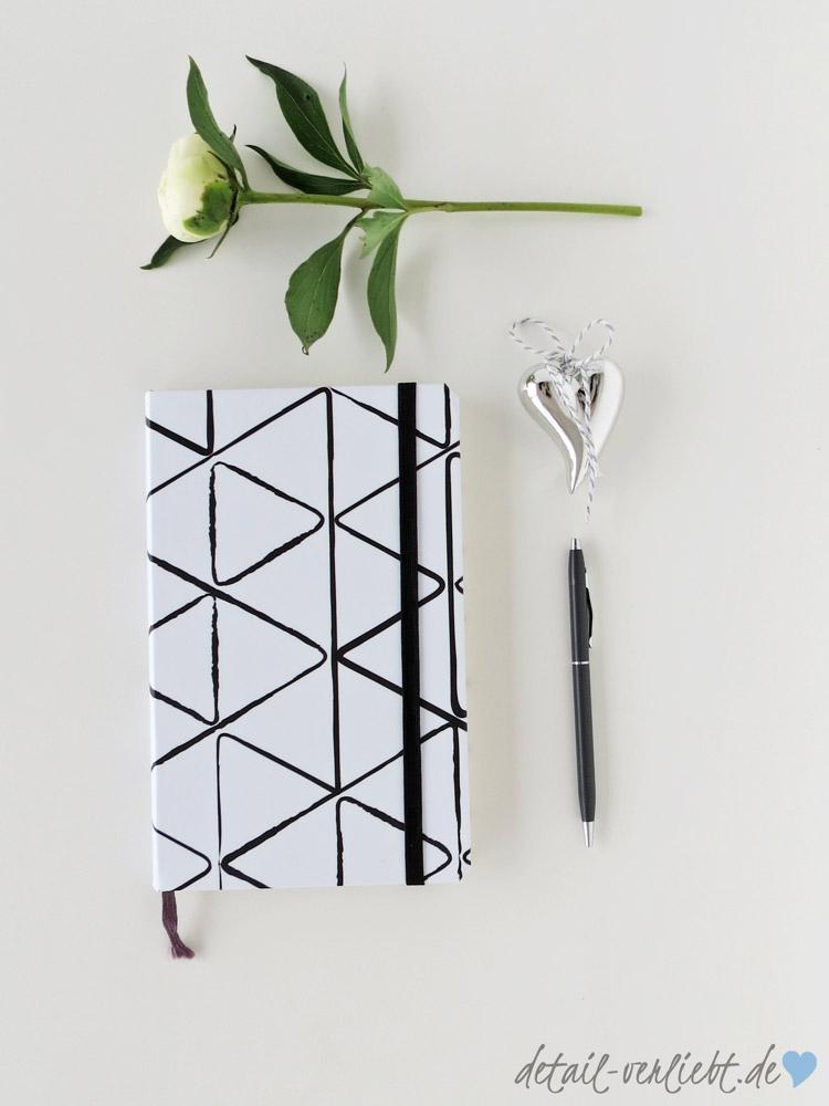 www.detail-verliebt.de • Möbel und andere Alltagsgegenstände mit Klebefolien verschönern ist ganz einfach. Ein Notizbuch kann so stylisch aufgepeppt werden.