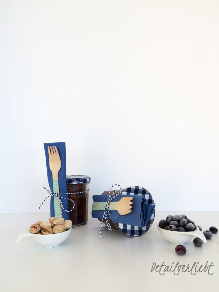 """www.detail-verliebt.de: Lebensmittel in Gläsern zu verpacken und zu konservieren hat viele Vorteile. Aber Glas kann noch mehr: Es kann darin gekocht, gebacken, eingeweckt, transportiert und serviert werden. Von all dem erzählt das Buch """"Selbstgemacht im Glas – zum Einkochen, Mitnehmen & Verschenken"""" aus dem Brandstätter Verlag."""