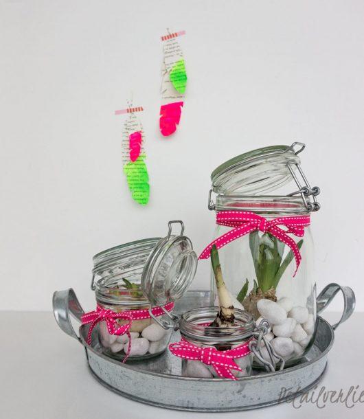www.detail-verliebt.de: Frühblüher im Glas mit einem Neon-farbenen Geschenkband und federleichten Dekoelementen in Pink und frischem Grün sind eine raffinierte Frühlingsdekoration.