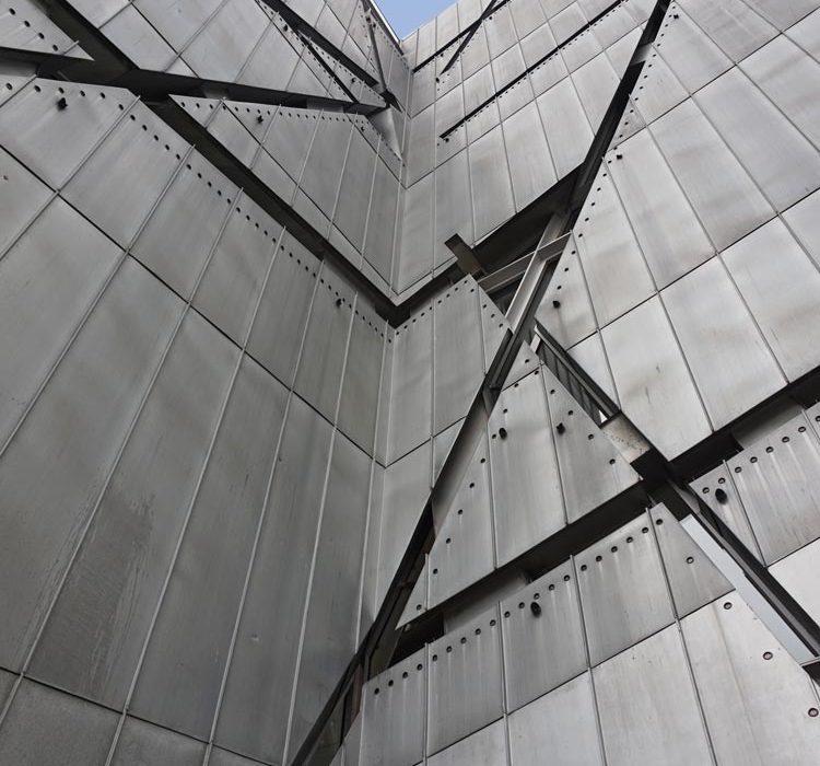 www.detail-verliebt.de: Im Jüdischen Museum Berlin kann man nicht nur etwas jüdische Geschichte erfahren, man kann sie erleben. Die Architektur, die Dauerausstellungen und die aktuellen Sonderausstellungen sind spektakulär gestaltet und kuratiert und laden zum (inter-)aktiven erleben ein.