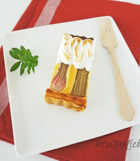 www.detail-verliebt.de: Beim weltbesten Rhabarber-Käsekuchen mit Meringue ist der Boden knusprig, die Käsekuchensicht nicht zu süß und zergeht auf der Zunge, der Rhabarber gibt dem Kuchen den nötigen Frischekick und das Meringue-Topping sorgt für eine tolle Optik.