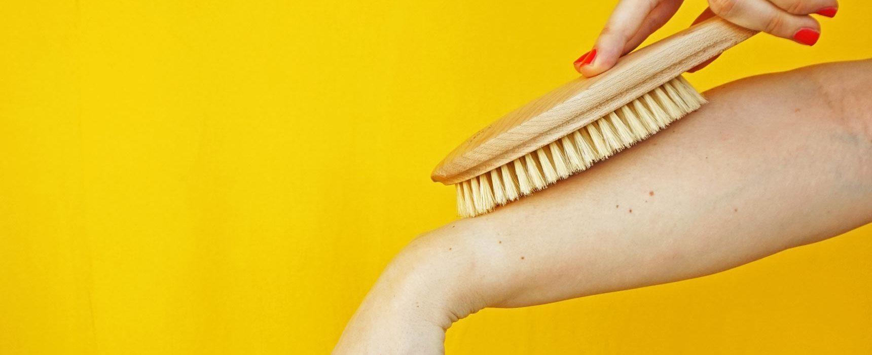 www.detail-verliebt.de: Dry Brushing (auch Bürstenmassage oder Trockenbürsten genannt) macht schöner und gesünder. Es regt ist ein Ritual, das mich aufweckt, die Haut pflegt und gleichzeitig einen Beitrag zu meiner Gesundheit leistet.