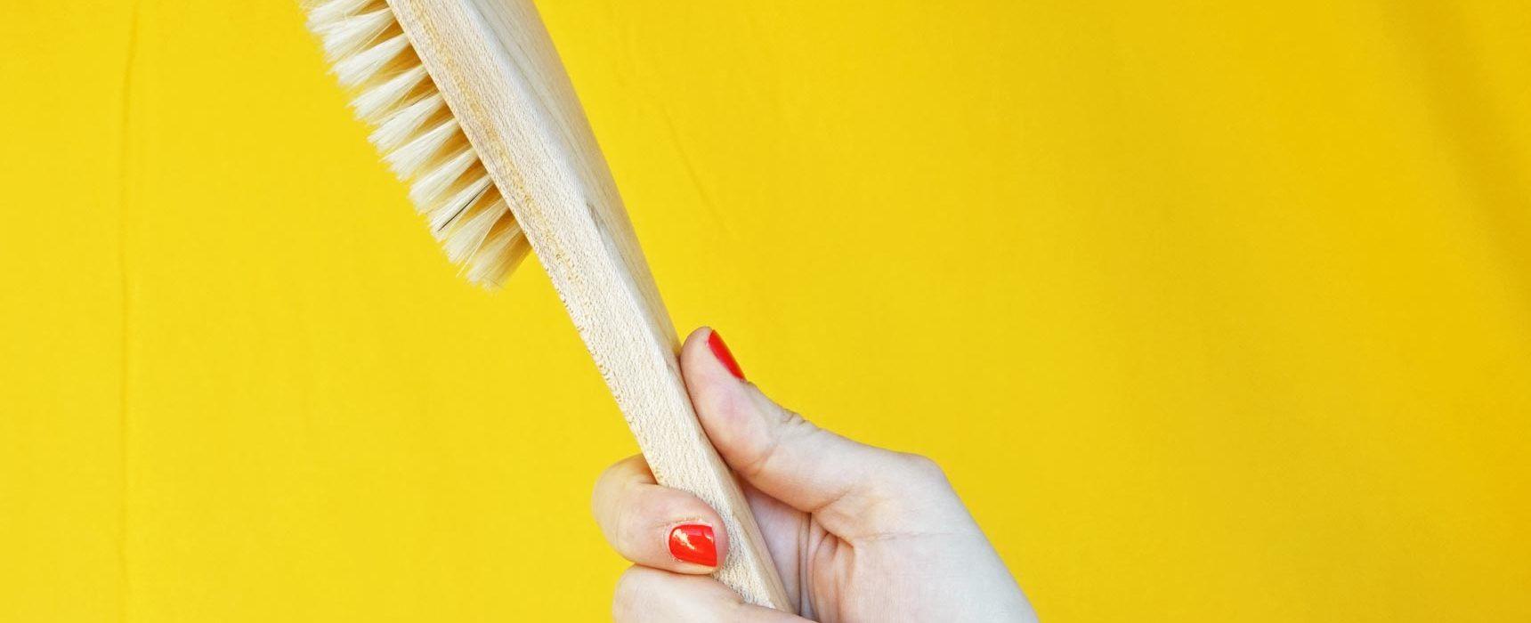 www.detail-verliebt.de: Bürstenmassage ist einfach, günstig, schnell gemacht und hat viele Vorteile: entgiftet, verbesserte Durchblutung und wirkt sich positiv auf die Psyche aus.