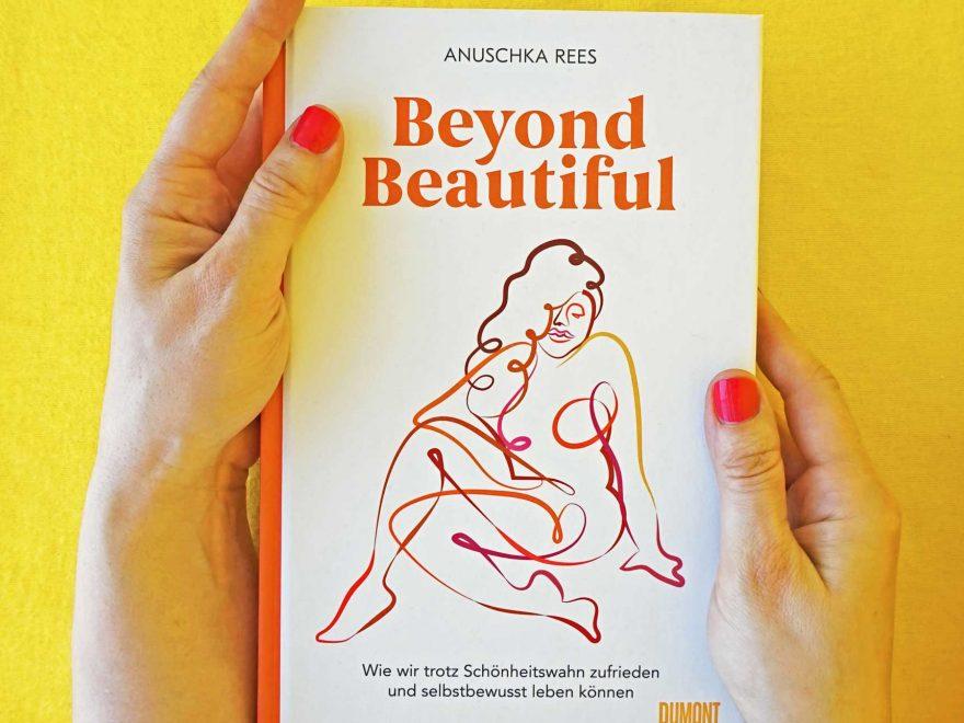 """www.detail-verliebt.de: Wie Du zufrieden und selbstbewusst trotz Schönheitswahn leben kannst, beschreibt Anuschka Rees in ihrem Buch """"Beyond Beautiful"""". #Rezension #Buchvorstellung #schönheitswahn #selbstbewusst #beyondbeautiful #anuschkarees #femaleempowerment #bodypositivity #bodyneutrality"""