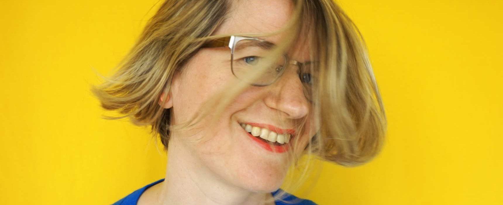 www.detail-verliebt.de: Wie Du eine DIY Haarpflege Routine für kräftiges, glänzendes Haar aufbauen kannst, zeige ich Dir im Beitrag: minimalistisch, DIY, verpackungsfrei und ganz ohne konventionelle Haarpflegeprodukte. #diykosmetik #kosmetikselbermachen #haarpflege #diyhaarpflege